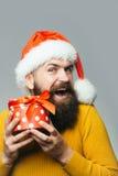 Mann des neuen Jahres mit Präsentkarton Lizenzfreie Stockfotos