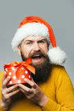 Mann des neuen Jahres mit Präsentkarton Lizenzfreie Stockfotografie