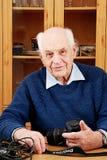 Mann digitale SLR Kamera des älteren Whit Lizenzfreies Stockbild