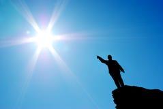 Mann direkt zur Sonne lizenzfreie stockfotografie