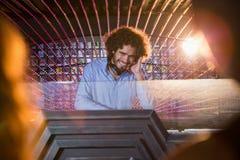 Mann DJ, der Musik spielt Lizenzfreie Stockfotos