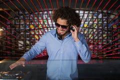 Mann DJ, der Musik spielt Stockfotografie