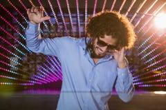 Mann DJ, der Musik spielt Lizenzfreies Stockfoto