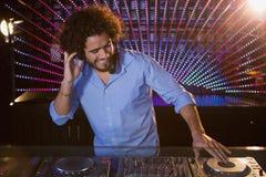 Mann DJ, der Musik spielt Lizenzfreie Stockbilder