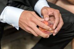 Mann dort in den Händen des Pfirsiches Lizenzfreie Stockfotografie