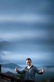 Mann draußen auf dem Dach des Gebäudes Lizenzfreies Stockfoto
