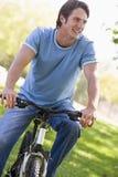 Mann draußen auf dem Fahrradlächeln lizenzfreies stockbild