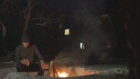 Mann durch das Feuer stock footage