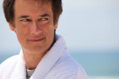 Mann durch das Meer Lizenzfreie Stockfotos