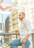 Mann durch die Metro Lizenzfreie Stockfotos
