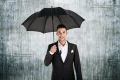 Mann durch die Wand mit Regenschirm Lizenzfreie Stockfotos