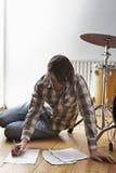 Mann DURCH Trommel Kit Writing Music On Floor Lizenzfreie Stockbilder