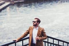 Mann in einem hellen Mantel stockfoto