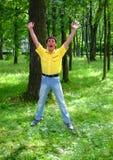 Mann in einem Holz lizenzfreie stockbilder