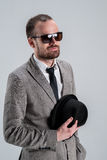 Mann in einem Jackengeschäftsmann mit Gläsern in seinem Handhol Lizenzfreie Stockfotografie