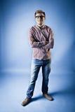 Mann in einem karierten Hemd, in den Jeans und in den Gläsern Lizenzfreie Stockbilder
