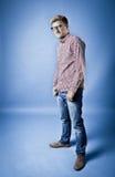 Mann in einem karierten Hemd, in den Jeans und in den Gläsern Stockbild