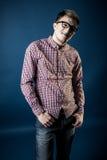 Mann in einem karierten Hemd, in den Jeans und in den Gläsern Stockfoto
