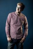 Mann in einem karierten Hemd, in den Jeans und in den Gläsern Lizenzfreies Stockbild