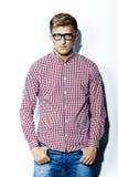 Mann in einem karierten Hemd, in den Jeans und in den Gläsern Lizenzfreie Stockfotos