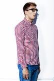 Mann in einem karierten Hemd, in den Jeans und in den Gläsern Lizenzfreie Stockfotografie