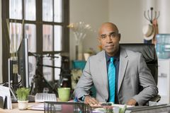Mann in einem kreativen Büro Stockfoto