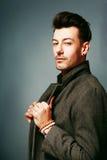 Mann in einem Mantel lizenzfreies stockfoto