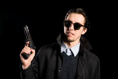 Mann in einem Regenmantel mit Gewehr Lizenzfreies Stockbild