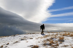 Mann in einem schneebedeckten Berg Stockfoto