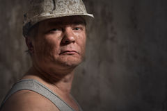 Mann in einem Sturzhelmbergmann Lizenzfreie Stockfotografie