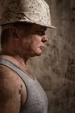 Mann in einem Sturzhelmbergmann Stockfotos