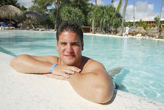 Mann in einem Swimmingpool Lizenzfreie Stockfotos