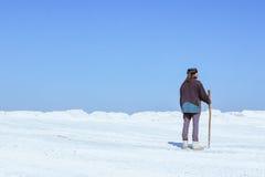 Mann in einem Turban unter der weißen Wüste Lizenzfreie Stockfotografie