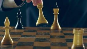 Mann in einer Klage, die Schach spielt stock video