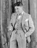 Mann in einer Klage, die seine Taschenuhr hält (alle dargestellten Personen sind nicht längeres lebendes und kein Zustand existie Stockfoto