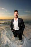 Mann in einer Klage am Strand lizenzfreies stockfoto