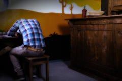 Mann in einer mexikanischen Bar erhielt betrunken und schlief allein an sitzen ein Lizenzfreie Stockbilder