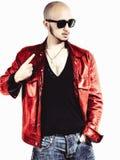 Mann in einer roten Lederjacke lizenzfreies stockfoto