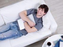 Mann in einer Umarmung mit Laptop lizenzfreies stockfoto