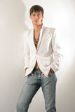 Mann in einer weißen Jacke und in den Jeans Lizenzfreie Stockfotos