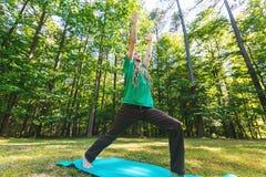 Mann in einer Yogahaltung draußen lizenzfreies stockfoto