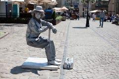 Mann eingefroren als Skulptur in der historischen Mitte von Lemberg Stockfotos