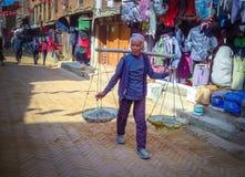 Mann in Einkaufsstraße von Bhaktapur, Nepal stockbild