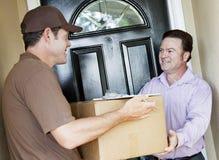 Mann empfängt Paket-Anlieferung Lizenzfreies Stockfoto