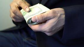 Mann empfangen Geld vom Verbrechenleute-Bestechungsgeldkonzept stock video