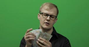 Mann empfing Papiergeld für ein bedeutendes Abkommen Zählung des grünen Schirmes des Geldes stock video