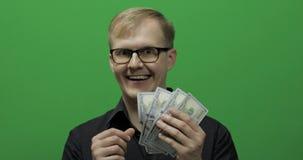 Mann empfing Papiergeld für ein bedeutendes Abkommen Zählung des grünen Schirmes des Geldes stock footage