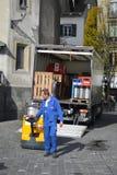 Mann entlädt Fässer Bier in der Luzerne Lizenzfreie Stockfotos