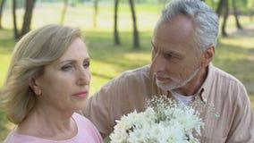 Mann entschuldigt sich bei der Frau und gibt ihr, Krise in den Beziehungen, Eifersucht Blumen stock video footage