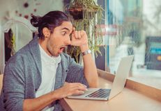 Mann entsetzt, Laptop betrachtend stockbilder
